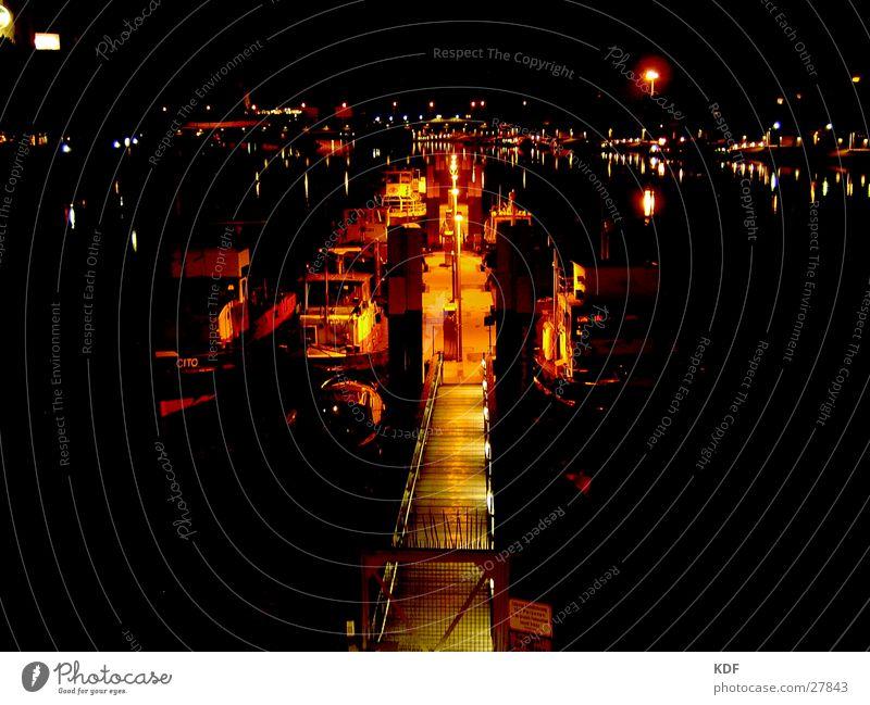 Schiffe Wasser Wasserfahrzeug orange Fluss Anlegestelle Abenddämmerung unheimlich Bremen Weser