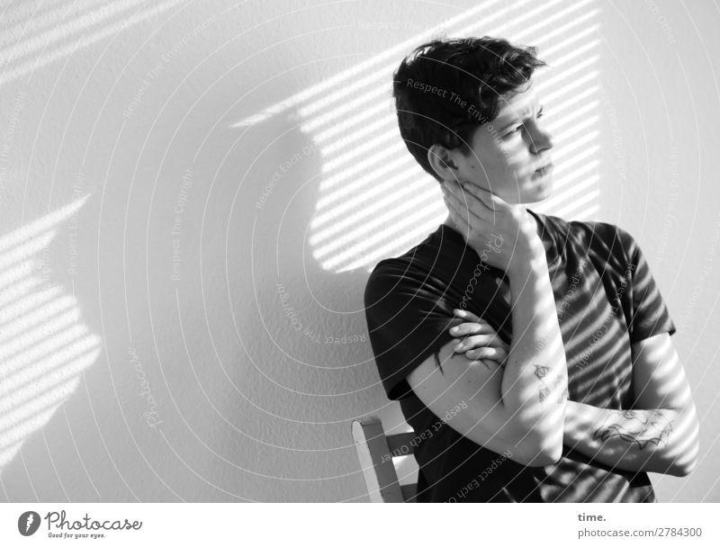 Stella Stuhl Raum feminin Frau Erwachsene 1 Mensch T-Shirt Tattoo brünett kurzhaarig Locken Linie Streifen beobachten Denken festhalten Blick träumen Ferne
