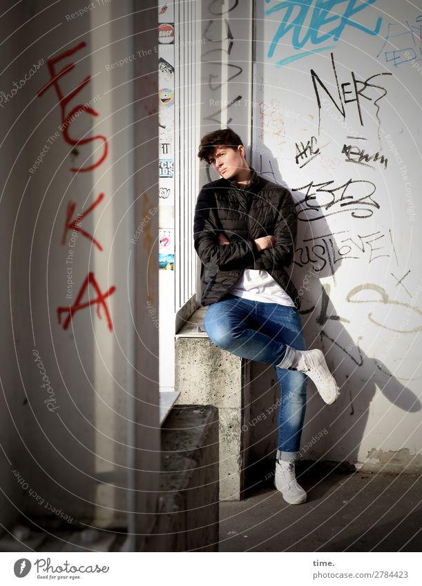 Stella feminin Frau Erwachsene 1 Mensch Mauer Wand Eingang T-Shirt Jeanshose Jacke Turnschuh Stein Beton Graffiti beobachten Denken sitzen warten selbstbewußt
