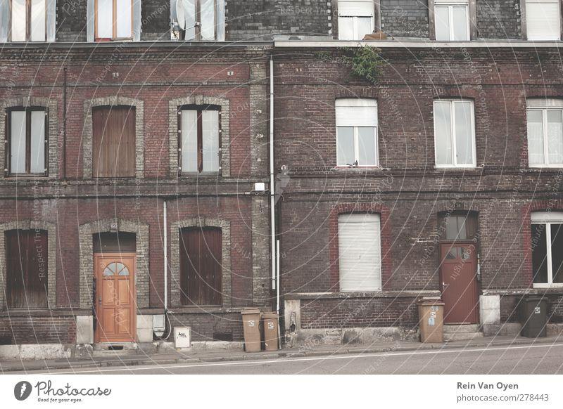 Fassaden Kleinstadt Stadtzentrum Stadtrand Altstadt Haus Einfamilienhaus Bauwerk Gebäude Architektur Mauer Wand Fenster Tür Fußmatte Klingel alt Armut Stimmung