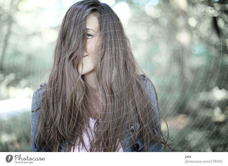 . Mensch Frau Natur Baum Pflanze Freude Erwachsene Wald Umwelt feminin Haare & Frisuren Glück Zufriedenheit brünett langhaarig 30-45 Jahre