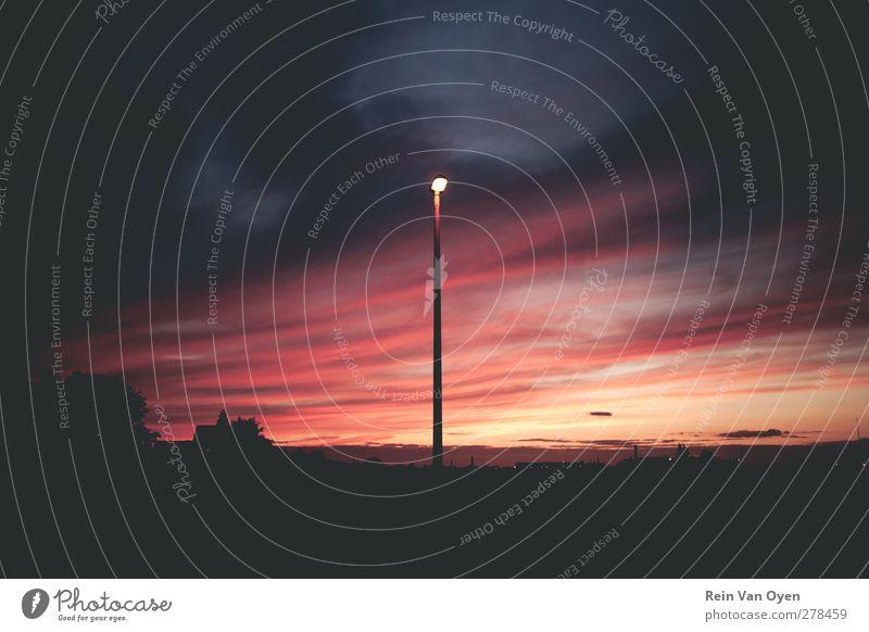 Licht in der Nacht Umwelt Natur Himmel Wolken Nachthimmel Horizont Sonne Sonnenaufgang Sonnenuntergang Sonnenlicht Angst Einsamkeit dunkel Straßenbeleuchtung