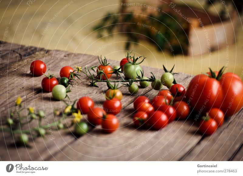 Homegrown Gesundheit Lebensmittel frisch Ernährung Gemüse Ernte Bioprodukte Tomate Vegetarische Ernährung Foodfotografie Holztisch Slowfood Holzkiste Cocktailtomate