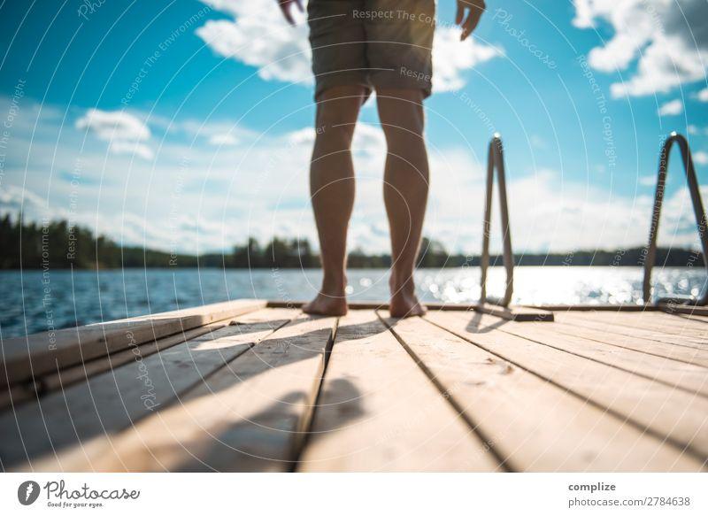 Mann steht auf einem Holzsteg am See Gesundheit Wellness Erholung Schwimmen & Baden Ferien & Urlaub & Reisen Freiheit Sommer Sommerurlaub Sonne Strand Meer