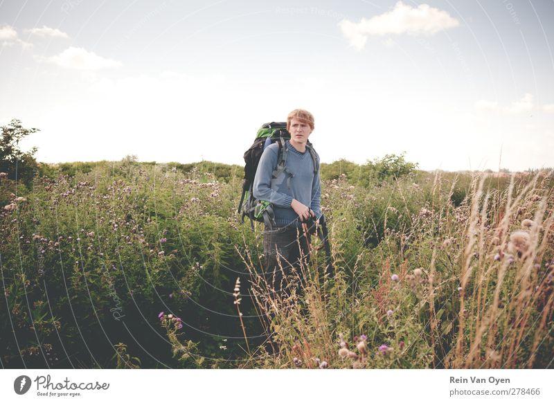 Backpacker Mensch Junger Mann Jugendliche Erwachsene 1 18-30 Jahre Umwelt Natur Landschaft Pflanze Himmel Wolken Horizont Frühling Sommer Wetter Schönes Wetter
