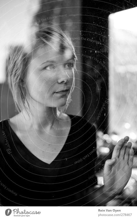 Berühren des Glases Mensch feminin Junge Frau Jugendliche Erwachsene 1 18-30 Jahre Begierde Lächeln berühren Fenster Hand Reflexion & Spiegelung Schwarzweißfoto