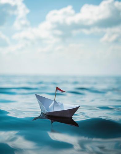 Ein Boot aus Papier Himmel Ferien & Urlaub & Reisen Sommer Meer Freude Reisefotografie Ferne Strand Gesundheit Küste Glück Tourismus Freiheit See