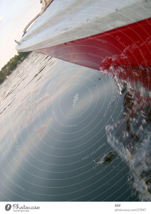 Segeln Wasserfahrzeug Segelboot See Wassertropfen rot weiß Geschwindigkeit unterwegs Schifffahrt KDF Großer Müggelsee Graffiti Im Wasser treiben Wasserspritzer