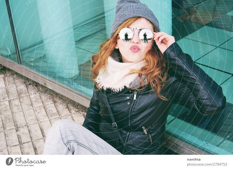 Junge coole Frau, die den Tag im Freien genießt. Lifestyle Stil Freude Glück schön Haare & Frisuren Freizeit & Hobby Winter Mensch feminin Junge Frau