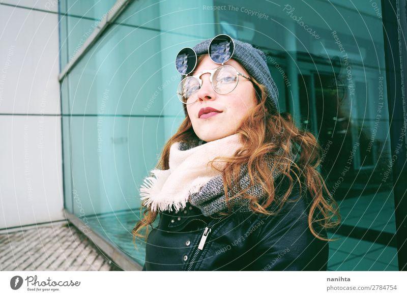 Junge coole Frau, die den Tag im Freien genießt. Lifestyle Stil schön Freizeit & Hobby Winter Mensch feminin Junge Frau Jugendliche Erwachsene 1 18-30 Jahre