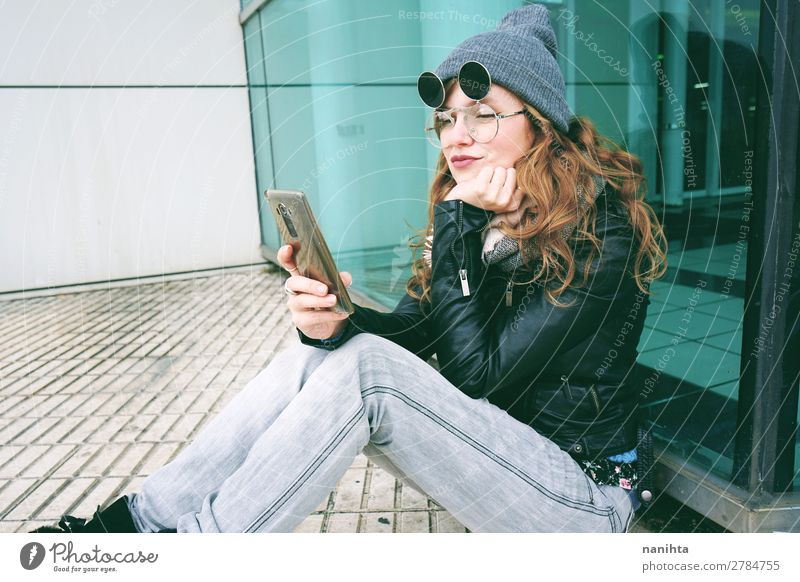Junge Influencerin mit ihrem Smartphone Lifestyle Stil schön Freizeit & Hobby Arbeit & Erwerbstätigkeit Business Telefon Handy PDA Technik & Technologie