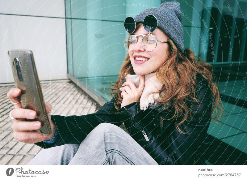 Junge Influencerin mit ihrem Smartphone Lifestyle Stil Freude schön Haare & Frisuren Freizeit & Hobby Arbeit & Erwerbstätigkeit Business Telefon Handy PDA