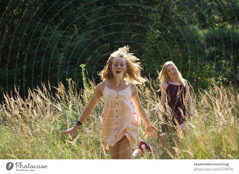 Ein Gefühl von Sommer III feminin Jugendliche 2 Mensch 18-30 Jahre Erwachsene Natur Wiese Kleid blond Bewegung Lächeln Fröhlichkeit Zufriedenheit