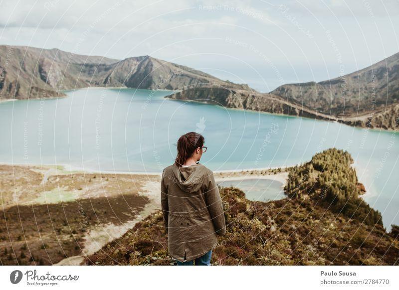 Mädchen, das über einen See nachdenkt. Ferien & Urlaub & Reisen Tourismus Ausflug Abenteuer Sightseeing Berge u. Gebirge wandern feminin Junge Frau Jugendliche