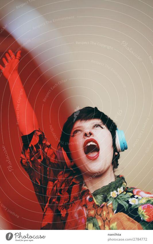 Weiblicher DJ mit Retro-Textil Lifestyle elegant Stil Leben Musik Diskjockey Headset Technik & Technologie Unterhaltungselektronik Mensch feminin androgyn