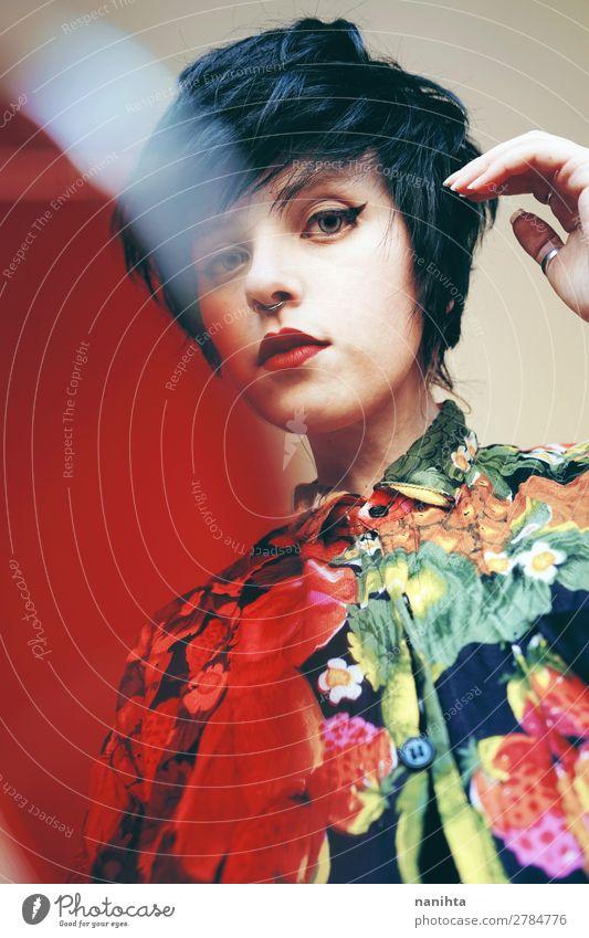 Androgynes weibliches Modell mit Retrostil Lifestyle elegant Stil Design schön Haare & Frisuren Sommer androgyn Homosexualität Junge Frau Jugendliche Erwachsene