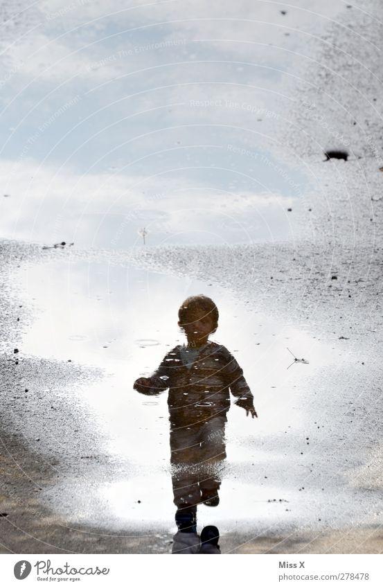 Pfützenfips Mensch Kind Kleinkind Kindheit 1 1-3 Jahre Wasser laufen nass Farbfoto Außenaufnahme Textfreiraum oben Reflexion & Spiegelung