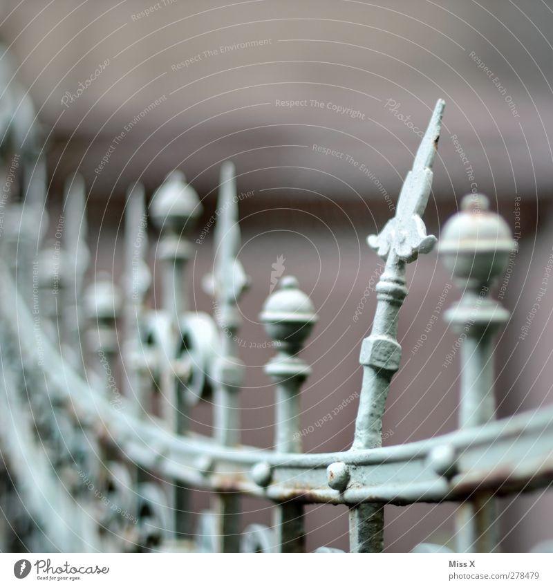 Zacken aus der Krone Metall alt kaputt Spitze gekrümmt Schmiedeeisen Schmiedekunst Zaun Metallzaun Farbfoto Gedeckte Farben Außenaufnahme Nahaufnahme
