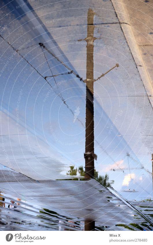 auf Regen folgt Sonne Wasser Straße nass Strommast Pfütze Hochspannungsleitung