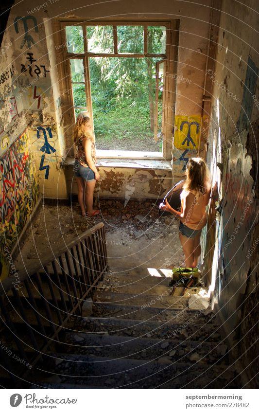 Innenaufnahme feminin Jugendliche 2 Mensch 18-30 Jahre Erwachsene Mauer Wand Treppe alt Coolness Farbfoto Tag Licht Schatten Sonnenstrahlen