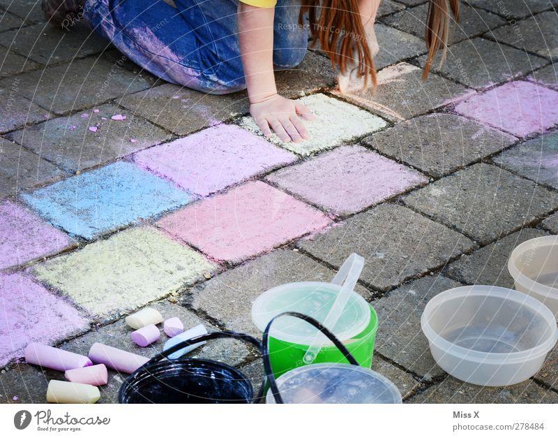 Künstlerin Mensch feminin Kind Mädchen Kindheit 1 3-8 Jahre 8-13 Jahre Kunst Maler zeichnen mehrfarbig brünett malen Kreide Strassenmalerei Straßenmaler