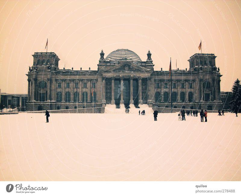 Wir fahren nach Berlin alt weiß Architektur grau Gebäude Park braun Deutschland groß Fahne Bauwerk Deutsche Flagge Stadtzentrum Wahrzeichen Sehenswürdigkeit
