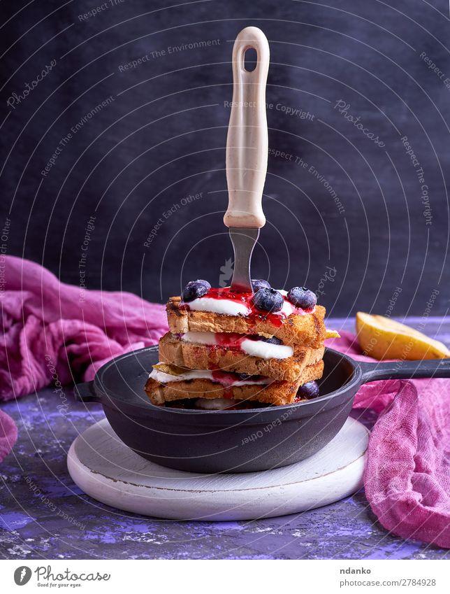 Französischer Toast mit Beeren, Sirup und saurer Sahne Frucht Brot Ernährung Frühstück Mittagessen Pfanne Gabel Tisch Küche Holz Essen schwarz weiß appetitlich