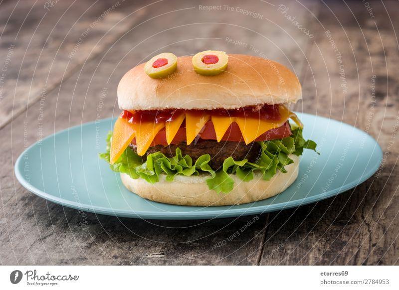 Halloween Burger Monster auf Holztisch. Rindfleisch Brot Feste & Feiern Käse Abendessen Herbst Lebensmittel Gesunde Ernährung Foodfotografie lustig Ketchup