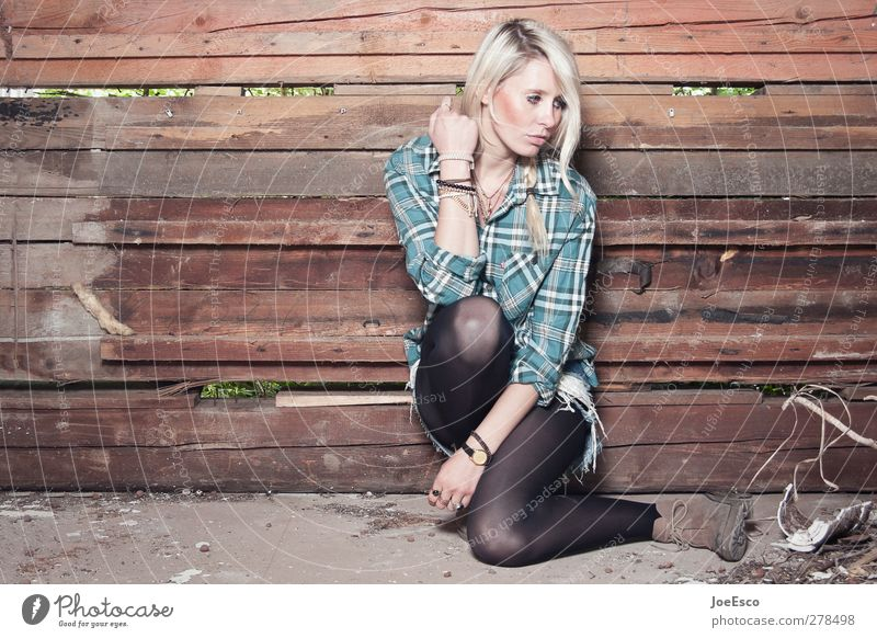 #235057 Stil Umzug (Wohnungswechsel) Raum Frau Erwachsene Leben 18-30 Jahre Jugendliche Mauer Wand Mode Hemd Stiefel blond beobachten festhalten sitzen träumen