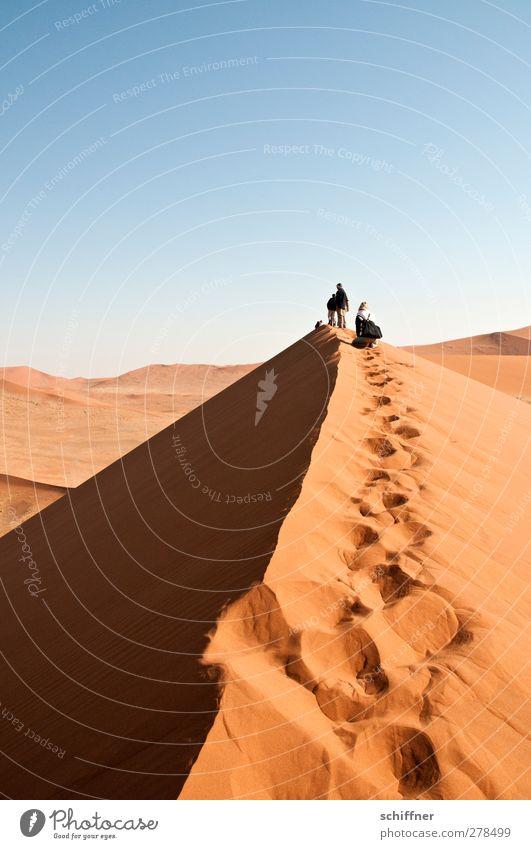 Der schmale Grat Mensch 2 Umwelt Natur Landschaft Urelemente Wolkenloser Himmel Schönes Wetter Wärme Dürre Wüste trocken blau orange rot Begeisterung Bergkamm