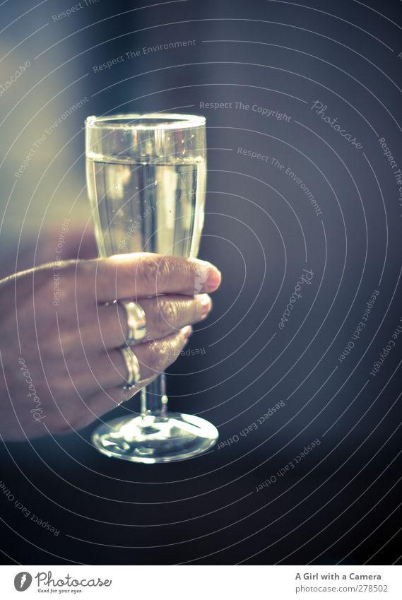 na denn ..... Getränk Alkohol Sekt Prosecco Glas Hand 1 Mensch Flüssigkeit positiv Stimmung Freude Lebensfreude Begeisterung Feste & Feiern Ring Ehering voll