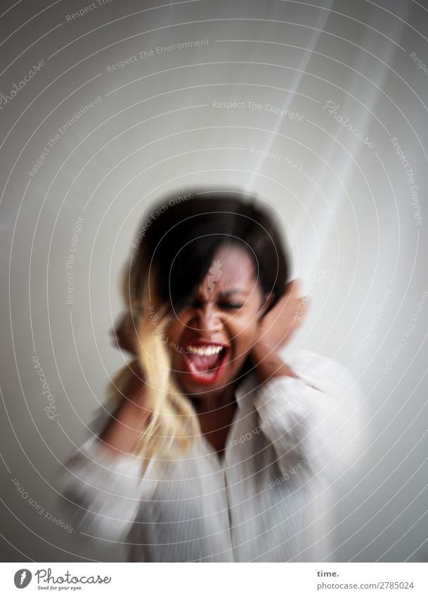Hörprobe Gardine feminin Frau Erwachsene 1 Mensch Hemd brünett festhalten schreien authentisch wild Gefühle Stimmung selbstbewußt Kraft Tatkraft Leidenschaft