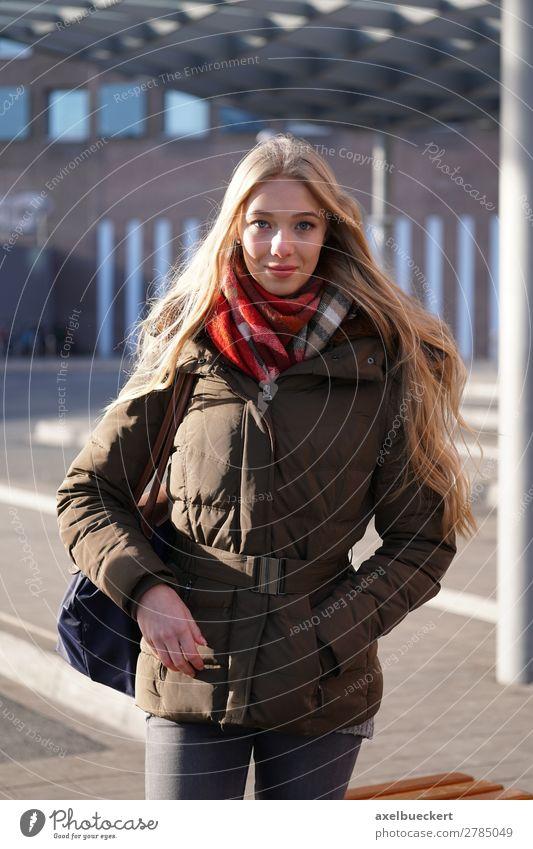 Junge Frau wartet am Busbahnof Lifestyle Stil Winter Mensch feminin Jugendliche Erwachsene 1 13-18 Jahre 18-30 Jahre Öffentlicher Personennahverkehr Busfahren