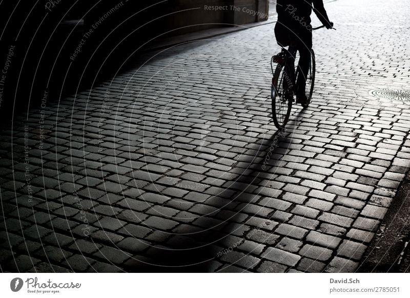 Fahrradfahrer auf Kopfsteinpflaster Freizeit & Hobby Mensch 1 Stadt Verkehr Verkehrsmittel Verkehrswege Personenverkehr Fahrradfahren Straße Bewegung alt