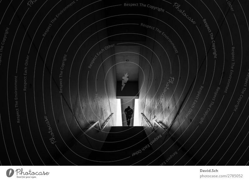 Eine Person geht eine Treppe hinauf Frau Mensch Mann Stadt weiß schwarz Architektur Erwachsene Wand Bewegung Mauer grau oben gehen Körper