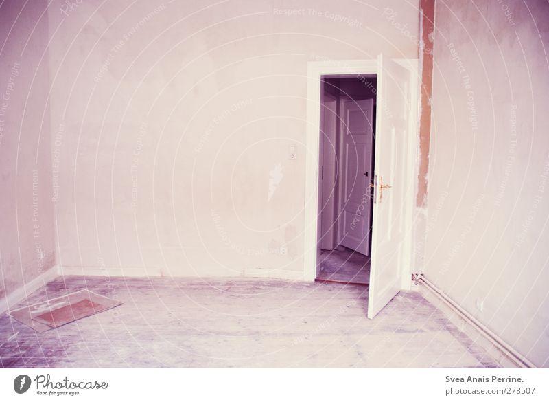 unbewohnt. Haus Holzfußboden Zimmertür Autotür Raum Wand Mauer dreckig rosa Wohnung Einsamkeit Renovieren Baustelle Farbfoto Gedeckte Farben Innenaufnahme