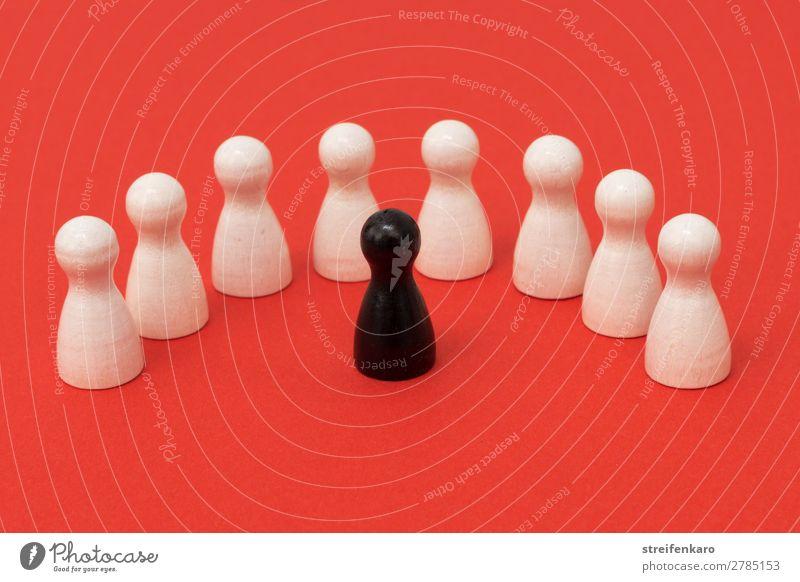 Schwarze Spielfigur steht einem Halbkreis von weißen Spielfiguren gegenüber Spielen sprechen Menschengruppe Spielzeug Holz beobachten Kommunizieren Aggression