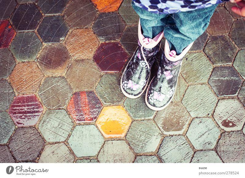 Gummistiefelzwerg Kind Mensch Kindheit Beine Fuß 1 Wetter schlechtes Wetter Wege & Pfade Mode Bekleidung Jeanshose Schuhe Stiefel stehen warten nass Fußweg Wabe