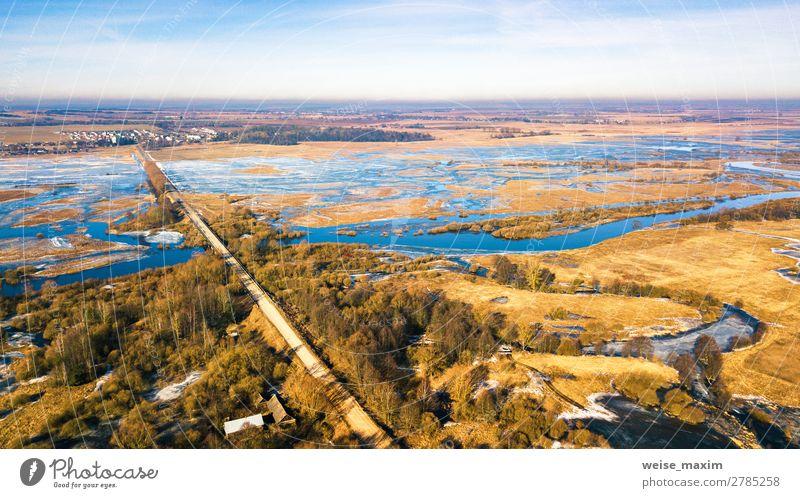 Landstraße und Brücke durch den quellschmelzenden Fluss schön Ferien & Urlaub & Reisen Tourismus Ausflug Abenteuer Ferne Freiheit Expedition Winter Schnee Natur