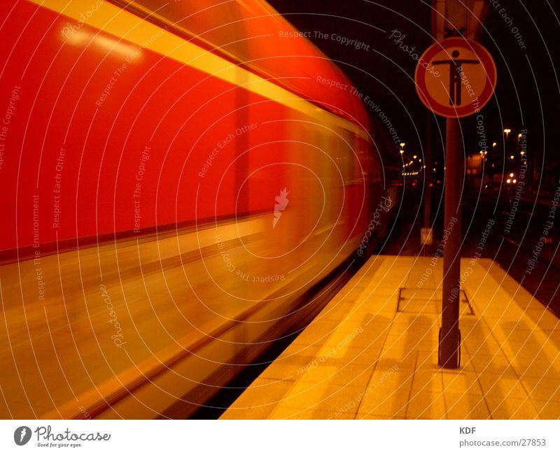 Zug verpasst! Eisenbahn Gleise Geschwindigkeit Nacht Halt stoppen rot Ankunft heimwärts Langzeitbelichtung Schilder & Markierungen Nicht weiter Unschärfe Ende