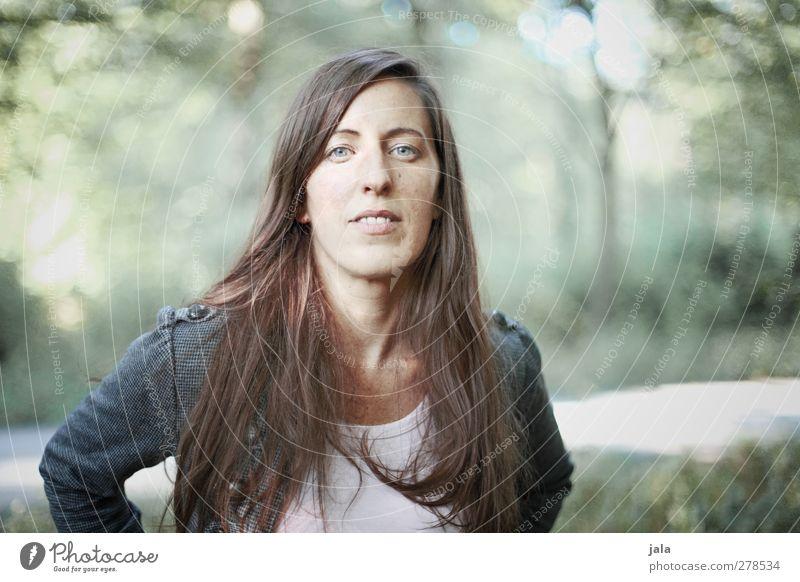 . Mensch feminin Frau Erwachsene 1 30-45 Jahre Haare & Frisuren brünett langhaarig Blick Farbfoto Außenaufnahme Tag Porträt Blick in die Kamera