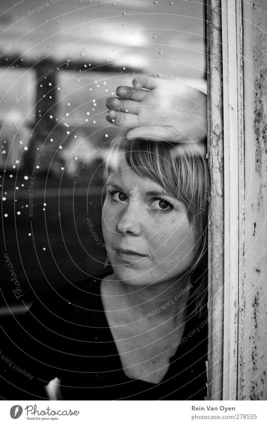 Reflexion Mensch feminin Junge Frau Jugendliche Erwachsene Gesicht 1 18-30 Jahre Stimmung Gelassenheit geduldig ruhig Fenster blond Schwarzweißfoto