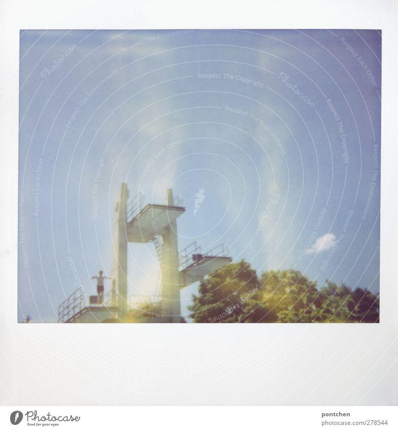 Polaroid. Jugendlicher steht auf 3 Meter Brett auf den Sprungturm. Höhe, mut sportlich 1 Mensch springen Freibad Sprungbrett Wolken Himmel Baum Badehose