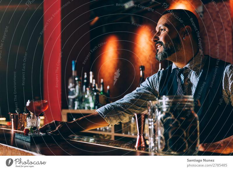 Barman macht Cocktails im Nachtclub. Schüttler Barmann Barkeeper Kellnern Mann rühren Mixologe Hinzufügen Alkohol Business Aufschlag Club trinken Flasche