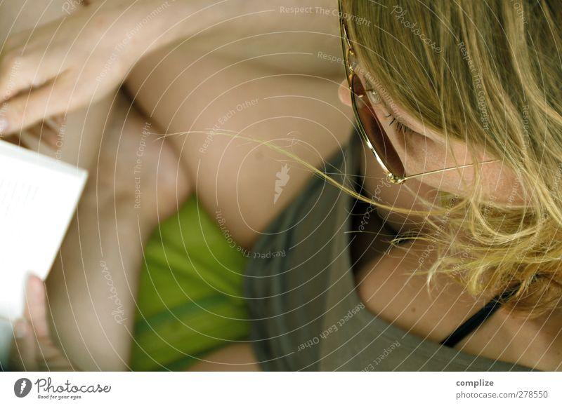 lektüre Mensch Jugendliche Ferien & Urlaub & Reisen Sonne Strand Erwachsene Junge Frau Haare & Frisuren Kopf Körper 18-30 Jahre blond Haut Buch lesen T-Shirt