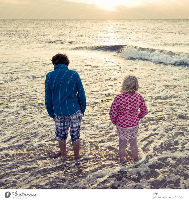 ferienende Mensch Natur Ferien & Urlaub & Reisen Sommer Meer Mädchen Ferne Junge Küste Fuß Horizont Wellen Kindheit Freizeit & Hobby stehen Schönes Wetter