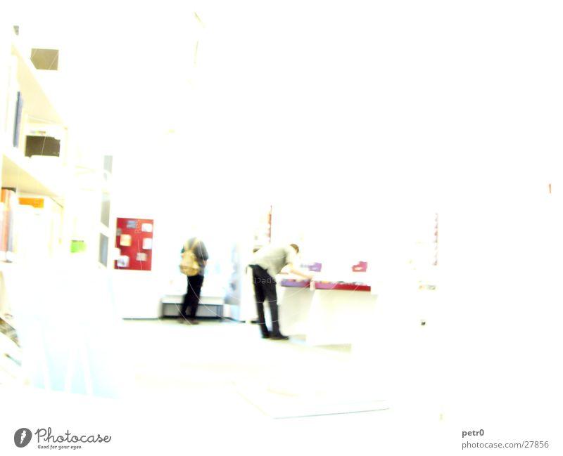 White room Überbelichtung Bibliothek weiß Regal Fenster Unschärfe Suche Buch Gegenlicht Menschengruppe hell planen