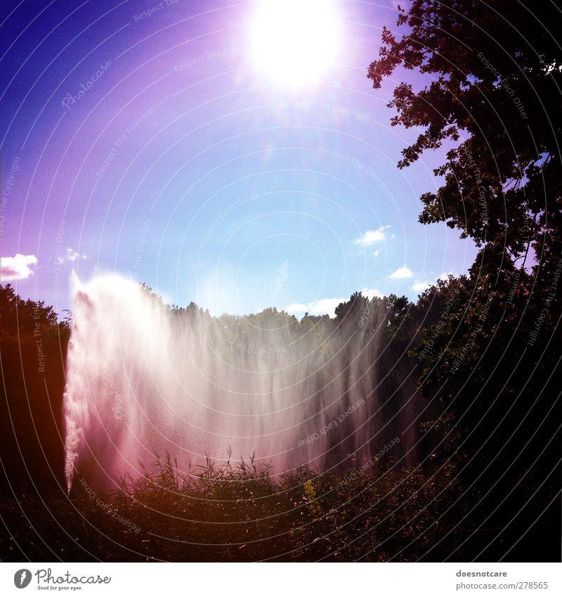 Springbrunnen in einem Park Natur Sonne blau Vignettierung Wasser Wasserfontäne Gischt Himmel himmelblau Farbfoto mehrfarbig Außenaufnahme Lomografie