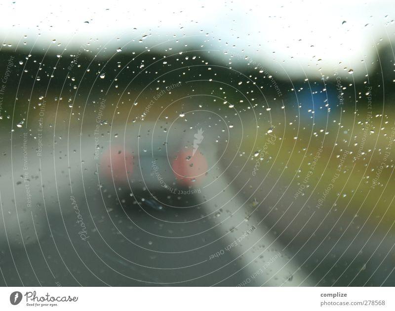Auf der Autobahn Straße PKW Regen Verkehr Wassertropfen fahren Güterverkehr & Logistik Autobahn Verkehrswege Lastwagen Handel Fahrzeug Autofahren Personenverkehr Straßenverkehr Verkehrsmittel