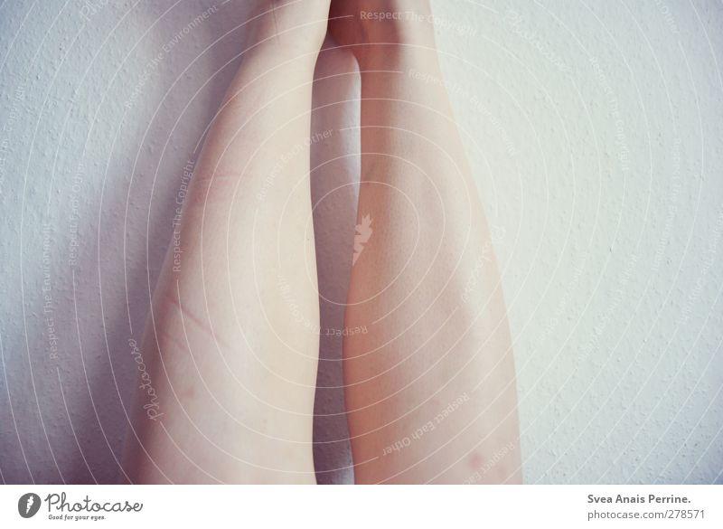 wandgeschichten II Mensch Jugendliche Einsamkeit Erwachsene feminin Wand Junge Frau Mauer Beine Körper 18-30 Jahre Haut Raufasertapete